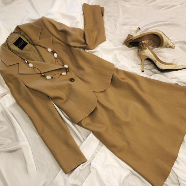 スカートスーツ 上品なベージュで大人の着こなし<br />Butterscotch skirt suit
