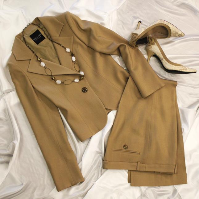 パンツスーツ 女性に人気の爽やかなベージュ<br />Butterscotch pants suit