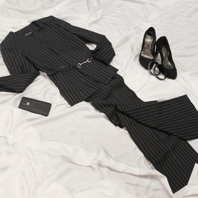 パンツスーツ ノーカラージャケット<br />Striped collarless jacket and pants