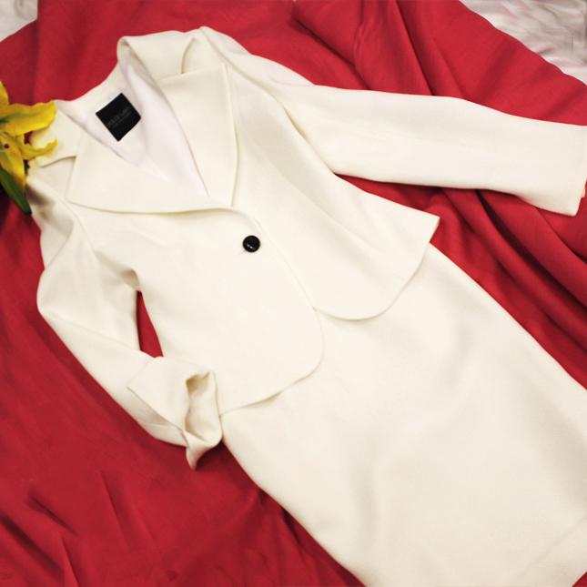 スカートスーツ 真っ白で、雪のような仕上がり<br />Pure white skirt suit