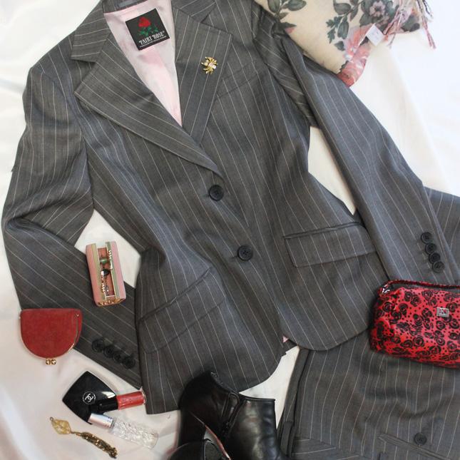 パンツスーツ ストライプを上手に着こなしスタイルアップ<br />Gray striped pants suit