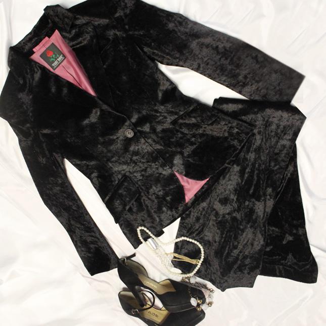 パンツスーツ ベロアの光沢が高級感漂う<br />Black velour pants suit