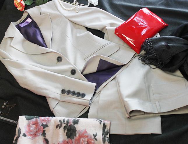 パンツスーツ ライトグレーの生地にパープルの裏地<br />Light gray jacket with purple lining & skirt