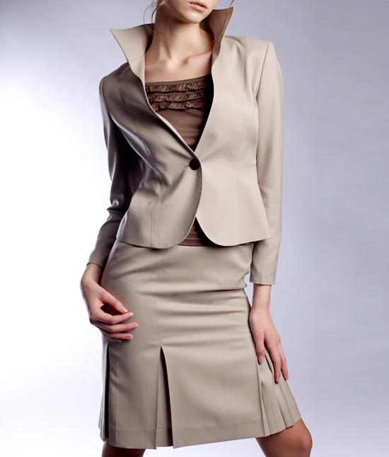 スカートスーツ フェミニンな印象<br />Decollete Jacket & Pleated Skirt