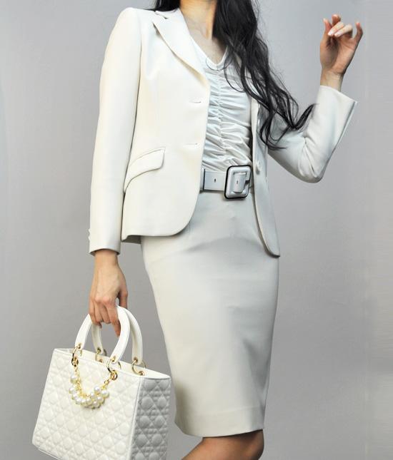 スカートスーツ 上品な着こなし<br />Delux White Dress Suit