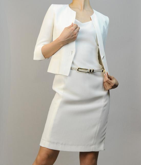 ワンピーススーツ きれいなシルエットの着こなし<br /> White Slim Dress Suit