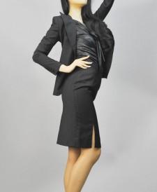 スカートスーツ スリットがセクシーな着こなし<br />Peaked Lapel Jacket & Pencil Skirt