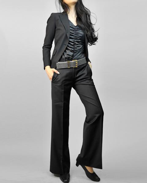 パンツスーツ 黒のクールな着こなし<br />Black 2-Button Tailored Jacket & Wide Leg Pant