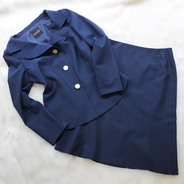 スカートスーツ 濃いブルーに白のボタン<br />Blue skirt suit with white buttons
