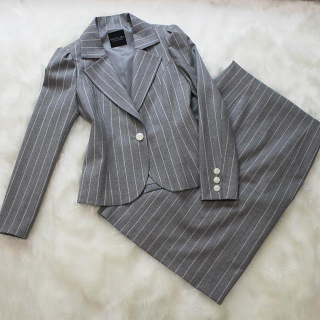 スカートスーツ シンプルなライトグレー<br />Silver gray skirt suit