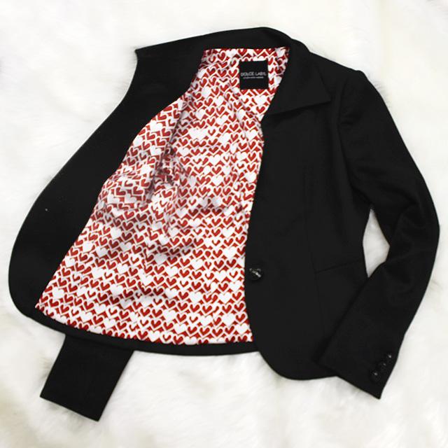 ハイカラージャケット 赤いハート柄の裏地<br />Chic black high collar jacket with heart printed lining