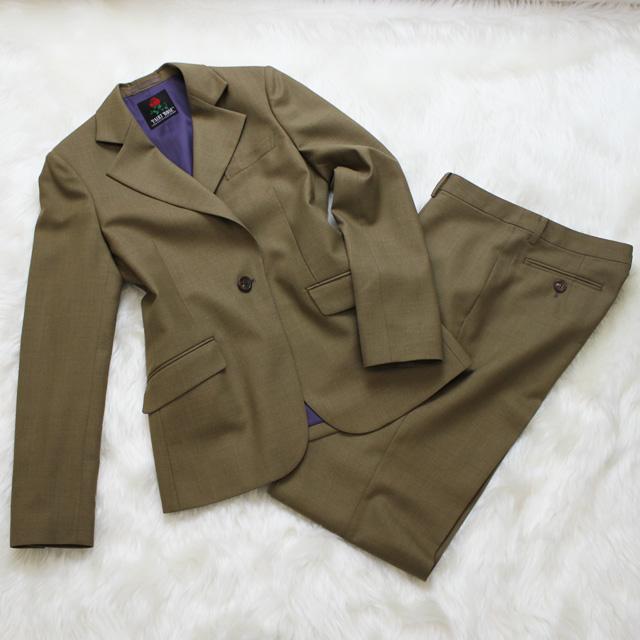 パンツスーツ ブラウンと紫の組み合わせ<br />Drab brown pants suit with purple lining