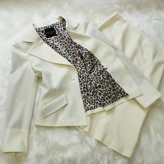 スカートスーツ ヒョウ柄の裏地がセクシー<br />White skirt suit with leopard lining