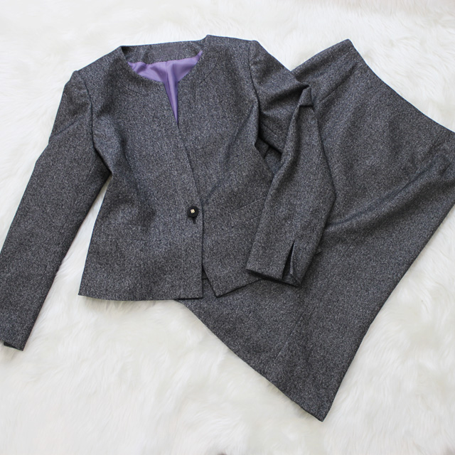 スカートスーツ ストレッチ性の高いグレーの生地<br />Pewter gray stretch skirt suit