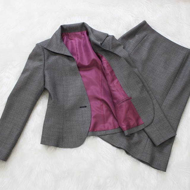 スカートスーツ 鮮やかな紫の裏地<br />Davy's gray skirt suit with purple lining