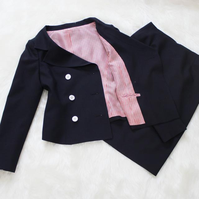 スカートスーツ ネイビー生地にストライプ柄の裏地<br />Dark navy skirt suit with striped pink lining