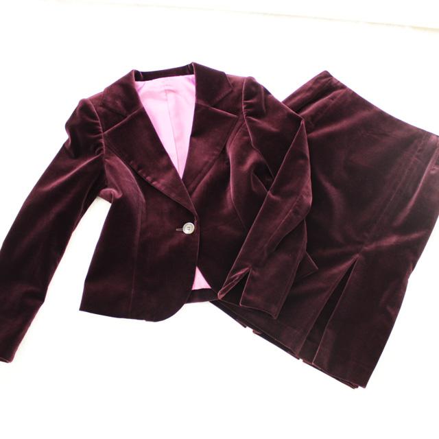 スカートスーツ ベロアの光沢が美しい<br />Dark scarlet red velour skirt suit