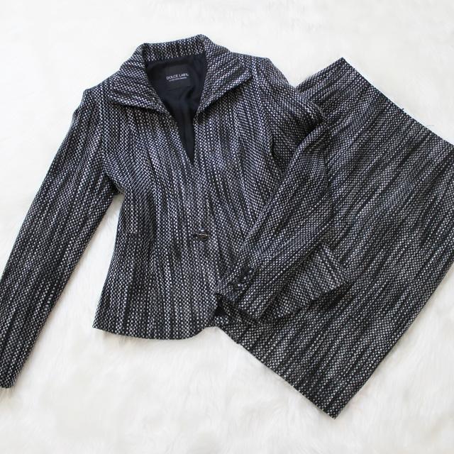 スカートスーツ 重厚な黒地のツイード素材<br />Black thick tweed skirt suit