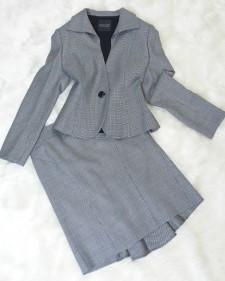 この秋に着たい!ストレッチ性のある、ウール混素材♪白と黒のコントラストが美しいバックフリル付スカートスーツ<br />Perfect for This Autumn!Beautiful Black and White Wool Mix Faric Made Into a Skirt Suit.