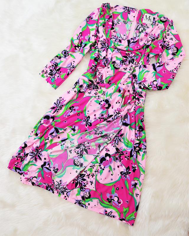 色使いとレトロな模様が可愛い♪ネックドレープワンピースで大人の魅力放出<br />Cute and Retro Colors♪Charmingly Feminine Drape Dress