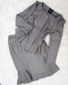 落ち着いた色味とオリジナルスーツデザイン<br />A Calm Color But Suit Design with Originality