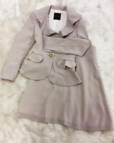 ジャケットもスカートも爽やかなフレアーデザイン☆ベージュ色に好きなアクセサリーで色つけるのが楽しみ<br />Jacket And Skirt Have  A Refreshing Flare Design♪Add Color to the Beige With Your Favorite Accessories