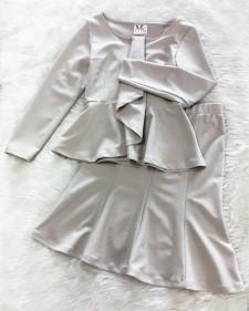 光沢のあるエレガントな生地♪ぺプラムフリルカットソー&フレアスカートのセットアップ<br /> Elegant Gray Fabric With A Sheen – Peplum Top and Skirt