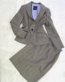 季節感で好印象を与えるビジネスウーマンの着こなし♪グレーグレン・チェックの スカートスーツ<br />Dress Business-Like For The Season♪ Gray Glen Check Skirt Suit