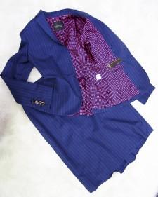 ジャケット&スカートのバックフリルも、裏地も、遊び心を出すスーツ<br />The Back Frill on Jacket and Skirt and the Colorful Lining Add to a Playful Skirt Suit!