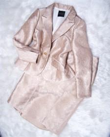 クリスマスパーティーまでまだ間に合う!ゴールド生地のアンサンブルでセレブな印象に<br />Order Now to Wear On Christmas! Ensamble in Golden Emboss Fabric For An Elegant Impression