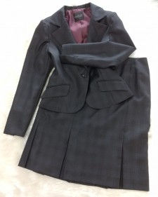 チェック生地のジャケットとボックスプリーツスカートでシック&クラシカルな印象をプラス<br />This Jacket Paired With A Pleated Skirt Result In A Chic And Timeless Look