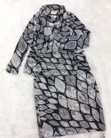 グレー色のリーフデザイン生地でスカーフ付のツーピースセット<br />Two Piece Set with Scarf, Made With Stretchy Leaf Design Fabric