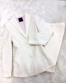 人気のシャネルツイードの上品でエレガントなパンツスーツ☆明るい色が魅力的<br />A Fancy And Elegant Pant Suit Made With Channel Tweed☆The Bright Color Makes it Charming