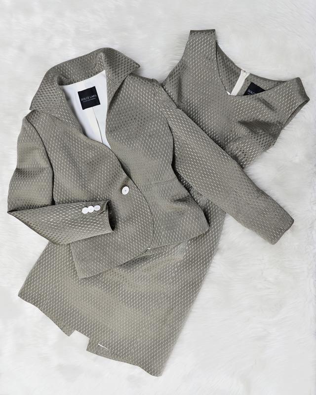 人気のグレー。ハイカラージャケットが個性的でエレガント。シルク混のイタリ―生地<br />Beautiful gray suit. Stylish and elegant high collar jacket. Silk mixed fabric