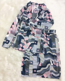 グレーとピンク色のプッチ柄ツーピース♪インパクトがある高級生地<br />A Gray And Pink Two Piece With Pucci Pattern♪The High-End Fabric Sure Leaves An Impact