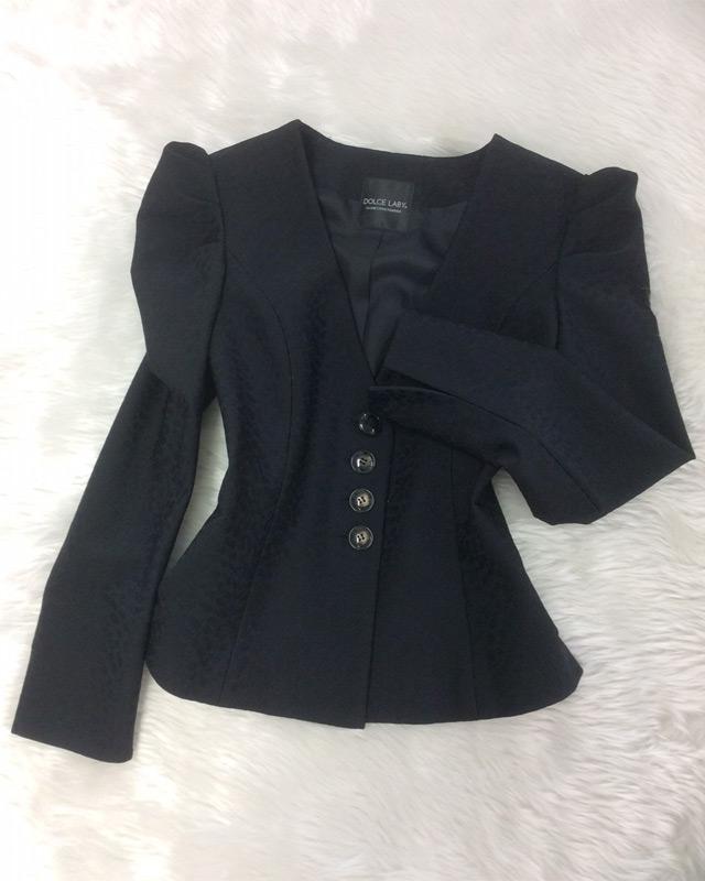 個性的なデザイン。黒のコンパクトなジャケット ♪ 着回しのきくマストハブな一着<br />Fashionable Black Tailored Jacket, Must-have Item for Stylish Outfits