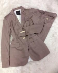 ちょっと珍しいモカ色でワンランクアップ★ディテールまで丁寧に仕上げられたパンツスーツ<br /> This color gives this suit a classy upgrade★Even the details are carefully chosen