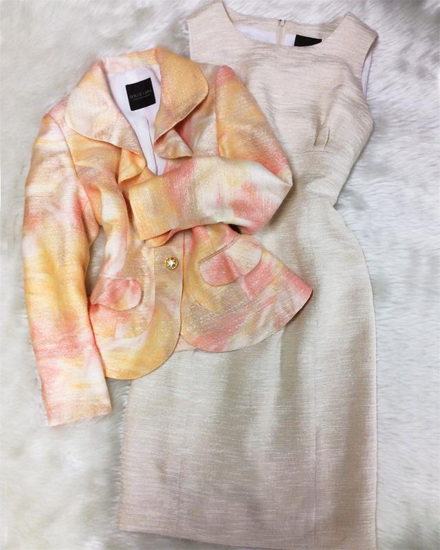 フレアラペルジャケットとオレンジ系の生地で素敵なアンサンブル♪<br />The soft orange color and flared lapel jacket make a lovely dress suit combination ♪