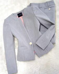 軽いライトグレー生地&ピンク裏地のパンツスーツ♪お仕事用だけじゃもったいないぐらいエレガントなライン<br />Light gray fabric with pink lining♪Shine in this elegant pant suit even after hours