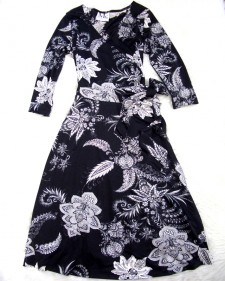 大胆な花柄で注目が集まる♪ヘビロテになりそうな白黒カッシュクール<br />Gather some attention in this bold flower pattern♪The Black&White wrap dress is sure a favorite.