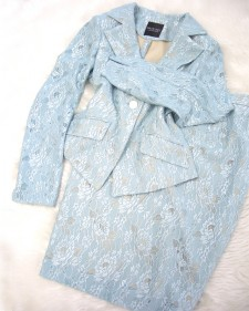 空色の爽やかな色みのレーススカートスーツ♪<br />Skirt suit made of a lace fabric in clear blue
