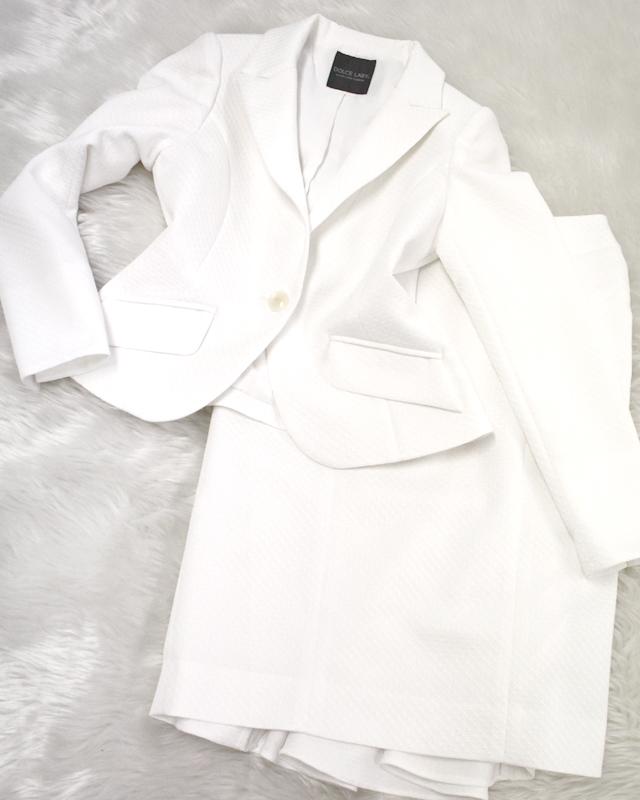 エンボス模様が美しいホワイトスカートスーツ♪<br />The white skirt suit that an emboss design is beautiful