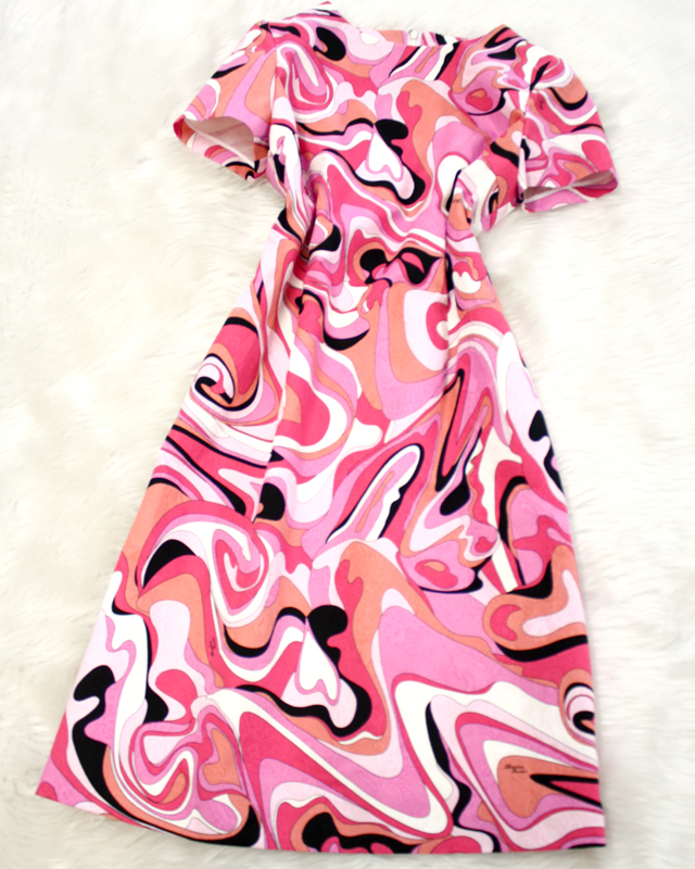 アウターを羽織って秋のパーティーにも!ピンクマーブルワンピース<br />Wear a jacket from the top; and to the autumn party! Pink marble dress.