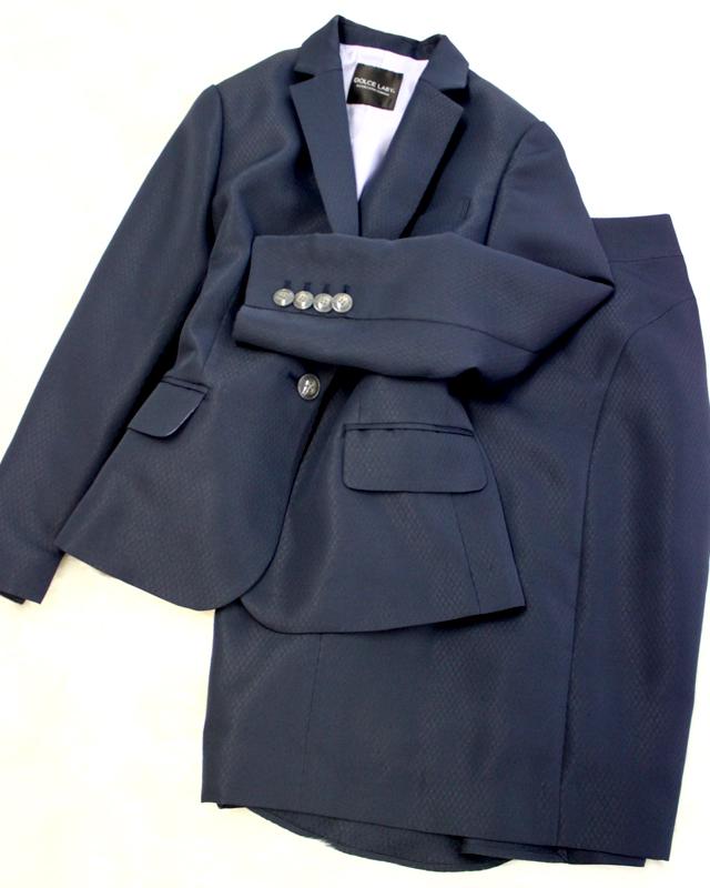 キャリア女性の定番ネイビースカートスーツ<br />Basic navy skirt suit of the carrier woman.