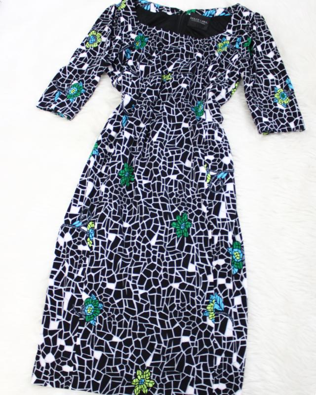 ステンドグラスのような美しいお花模様のワンピース<br />Dress of the beautiful floral design such as the stained glass.
