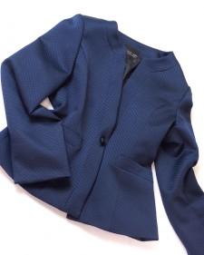 ダークネイビーエンボス生地のノーカラージャケット<br />No-collar jacket of the dark navy emboss cloth