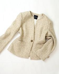 ベージュツイード生地のノーカラージャケット<br />No-collar jacket made of the cloth for beige tweed.