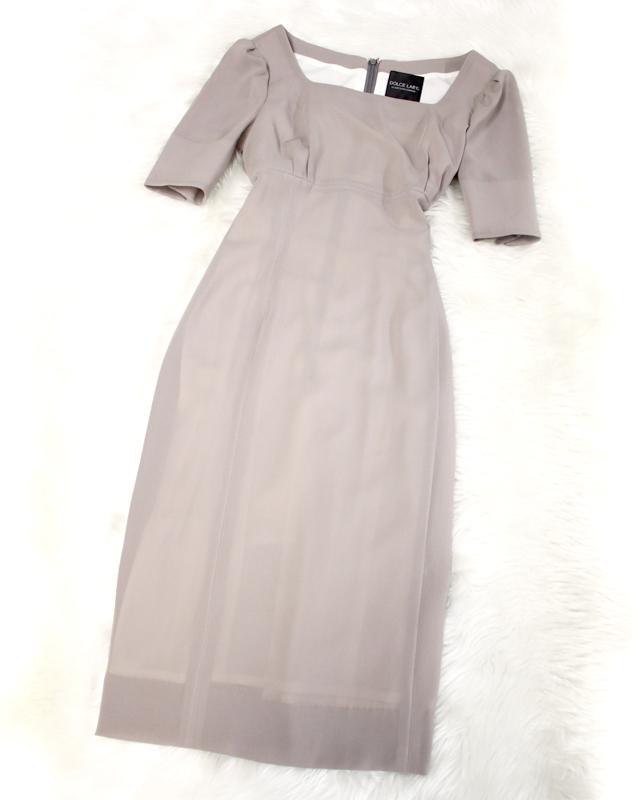 シックなモカグレーのスクエアネックワンピース<br />Square neck dress of the chic Mocha gray.