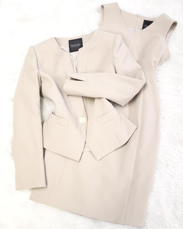 明るい春色ベージュのワンピーススーツ/<br />Dress suit of the bright sign of spring beige.