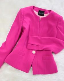 鮮やかピンクのノーカラージャケット<br />/Vivid pink wonderful jacket.
